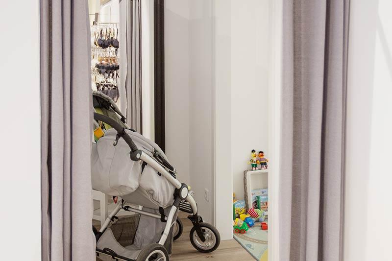 Geräumige Umkleiden für die Dessous-Anprobe mit Kind